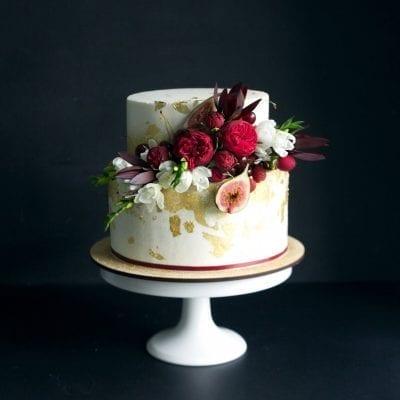 Как украсить торт живыми цветами